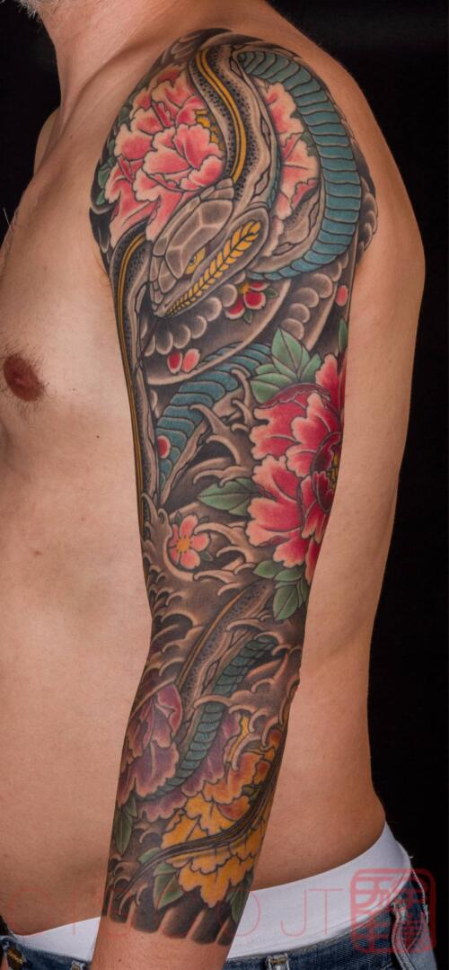 Serpiente y peonias Tattoo